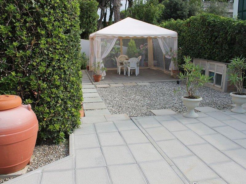 APPARTAMENTO IL GIARDINO,INDIPENDENTE,FRONTE MARE,PER FAMIGLIE CON BAMBINI, holiday rental in Tirrenia