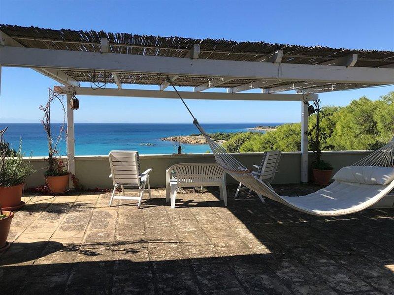 Salento, elegante villa , immersa in una pineta a 50 metri dalla spiaggia, holiday rental in Marina di Pulsano