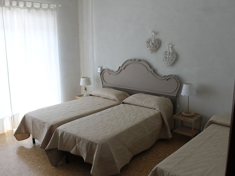 APPARTAMENTO BELVEDERE,CENTRALE,COMODO,FRONTE MARE,OTTIMO PER FAMIGLIE NUMEROSE, holiday rental in Tirrenia