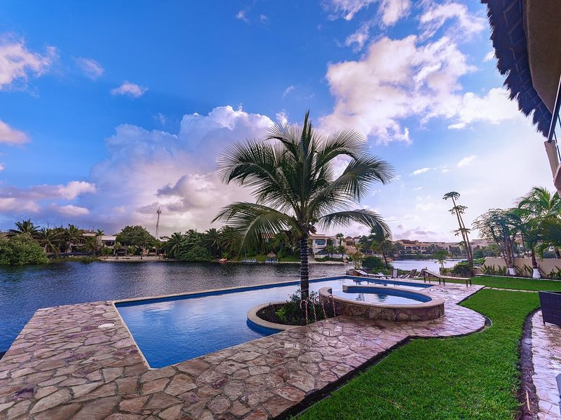 Gorgeous 3 Bedroom Lagoon Condo, Pool, Golf Cart, Wifi, Kayak, paddle board, Ferienwohnung in Puerto Aventuras
