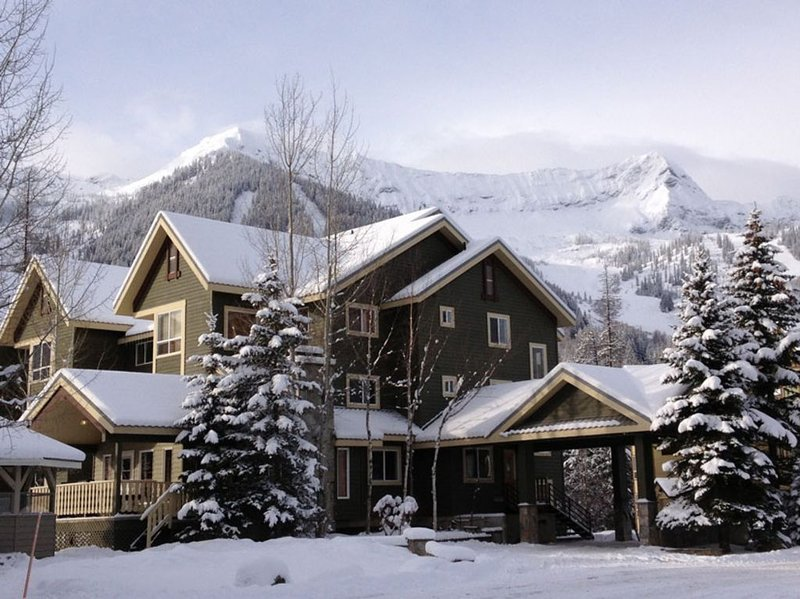 On Hill Condo - Spruce Lodge at Timberline (walk to lifts), aluguéis de temporada em Fernie
