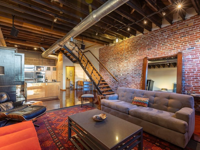 Striking Three Story Downtown Loft w Private Rooftop Deck and Free Garage Pkg, vacation rental in Denver