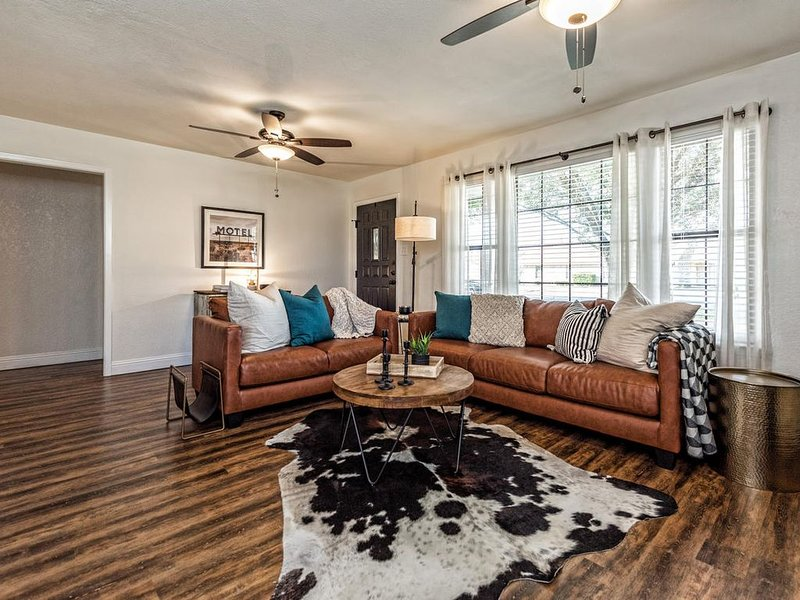 Located minutes from Baylor, Downtown Waco & I-35, stay with us!, holiday rental in Riesel