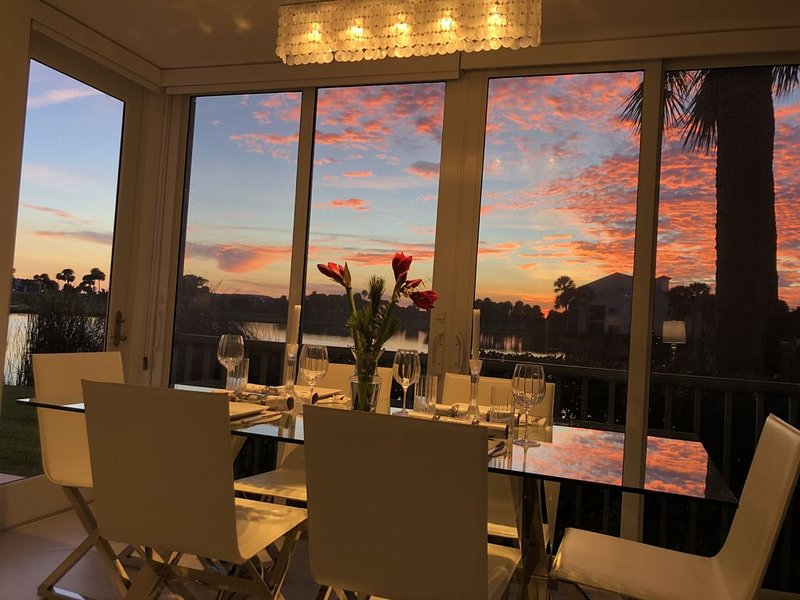 Beautiful sunsets & walk to the beach!, holiday rental in Stuart
