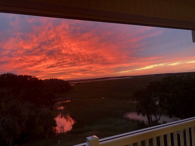 Serene Sunsets:Minutes from the Beach:MarshWinds2R, location de vacances à Folly Beach