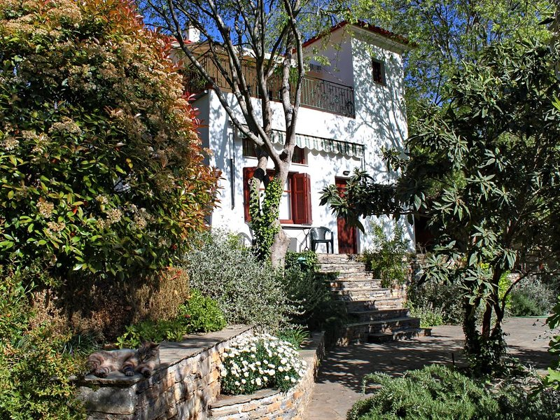 APHROULA'S HOUSE; A family home in a quiet, beautiful corner of Greece., location de vacances à Milina