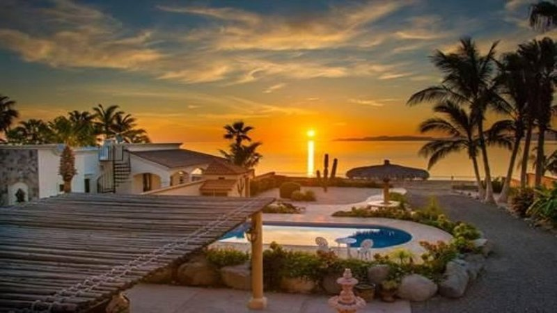 New Beach Front Home: Amazing Pool, Outside BBQ Grill- Watch the ships come in!, vacation rental in Loreto