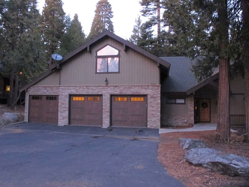 Granite Rdge mtn cabin w/ large kitchen, decks. 80in tv & game room, alquiler de vacaciones en Shaver Lake