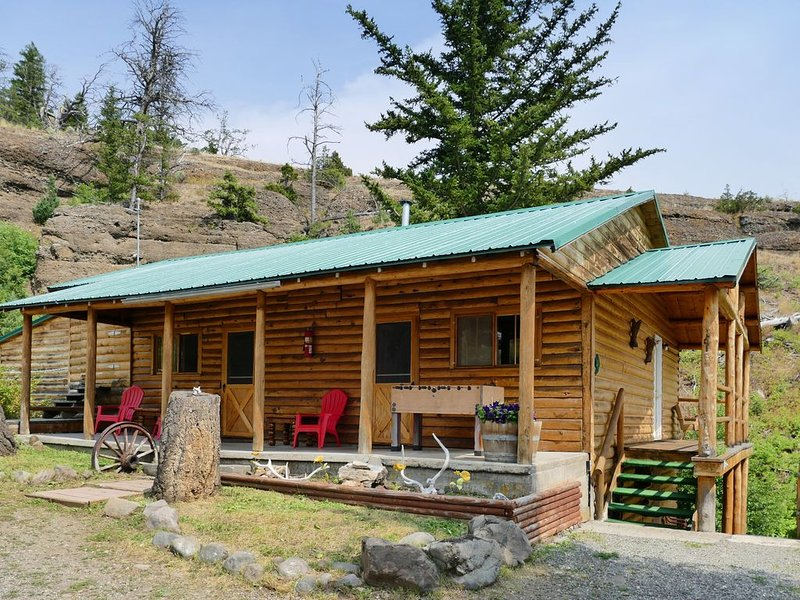 Cabin 10 miles outside Yellowstone National Park, Gorgeous views, Campfire area, vacation rental in Wapiti