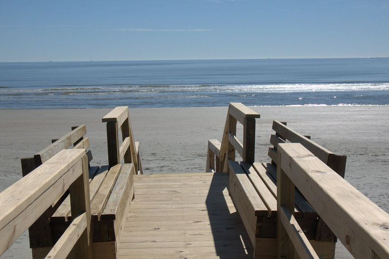 Stay at 'L'Etoile Du Sud' IOP's Premier Ocean Front Beauty!, holiday rental in Isle of Palms