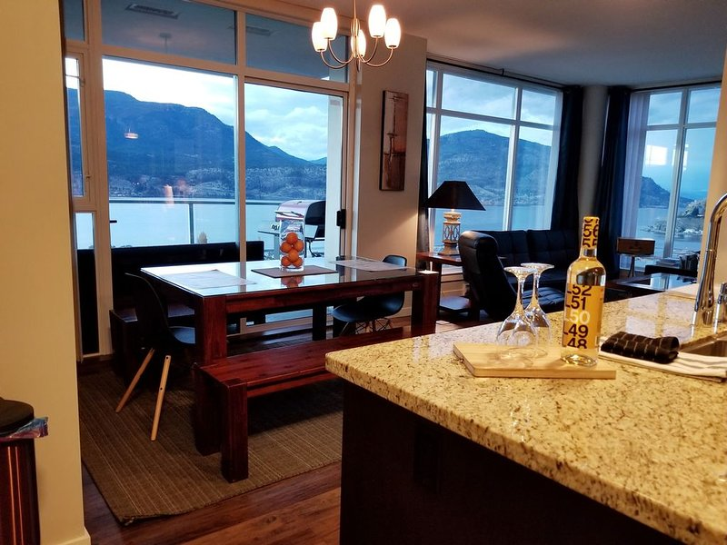 Executive Downtown Kelowna Condo with a Spectacular View of OK Lake, alquiler de vacaciones en Kelowna