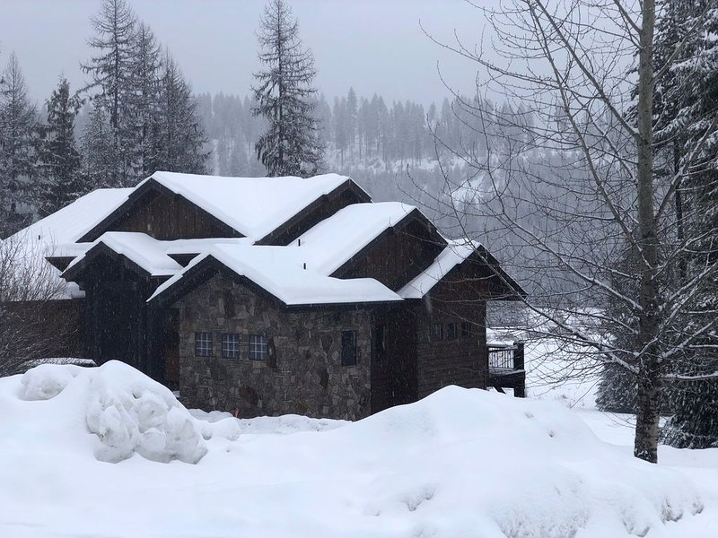 Amazing Cabin on Priest Lake Golf Course w/ Gorgeous Mtn Views, minutes to beach, aluguéis de temporada em Luby Bay