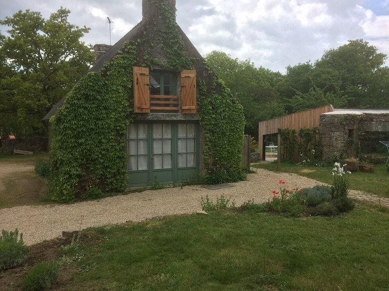 Maison ancienne rénovée en pierres sur la commune de Ploemel, vacation rental in Ploemel
