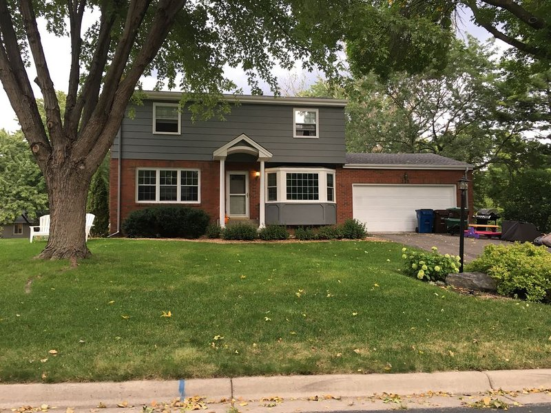 4mi to Downtown Mpls Remodeled 5 Bedroom, vacation rental in Brooklyn Park