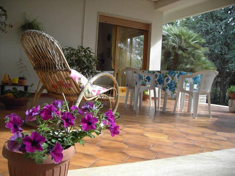 Villa indipendente con giardino, posizione centrale e a 20 minuti dal mare, holiday rental in Scamardella