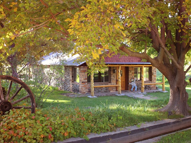 Rustic 1935 Recently Renovated Ranch House, vacation rental in Rimrock