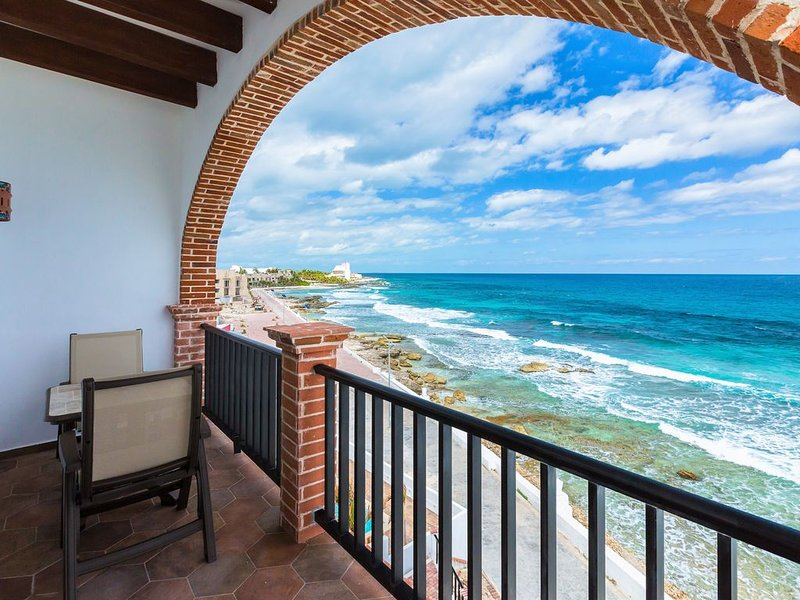 Oceanside Villa 'Veracruz' with a/c pool in centro       5 min stroll to beach, holiday rental in Playa Mujeres