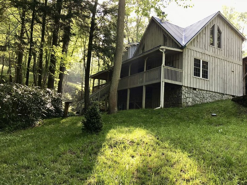 Hemlock Creek Hollow -700 Ft Cascading Creek, 3 mi to Blue Ridge Pkwy, 2 Acres, vakantiewoning in Maggie Valley
