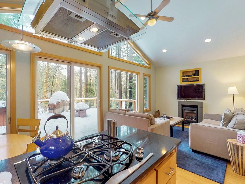 Lovely home w/ private hot tub - ideal location, year-round outdoor activities! – semesterbostad i Tahoe City