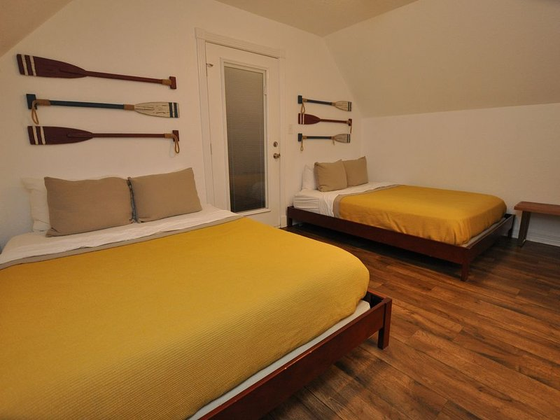 Obergeschoss Zimmer mit 2 Queensize-Betten mit TV und Kabel mit Außenterrasse.