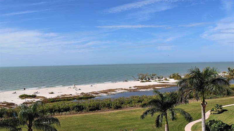 Condo on the beach with awesome Gulf views and spectacular sunsets!, holiday rental in Fort Myers Beach