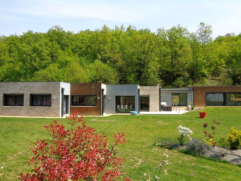 PRES DE SARLAT, villa contemporaine avec piscine intérieure chauffée à 28°c, location de vacances à Orliaguet