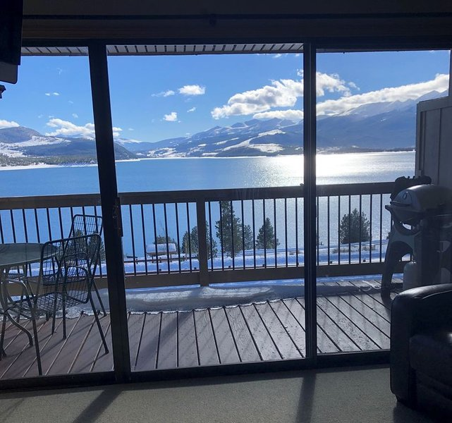 Incredible Lake Front View on Lake Dillon!  FULLY UPDATED!, casa vacanza a Dillon