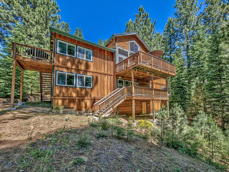 Stunning 3300 sq ft home with game room, ping pong table, hot tub and more, vacation rental in South Lake Tahoe