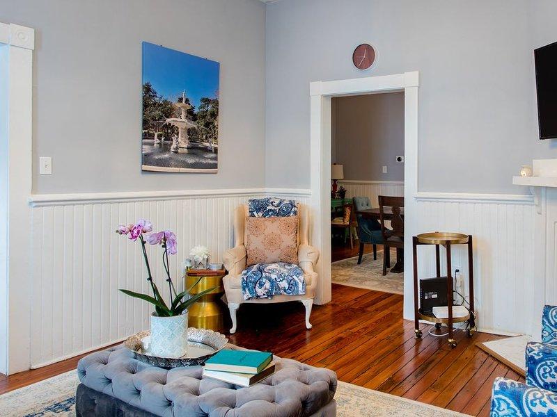 Sala de estar elegantemente decorada con encantos vintage