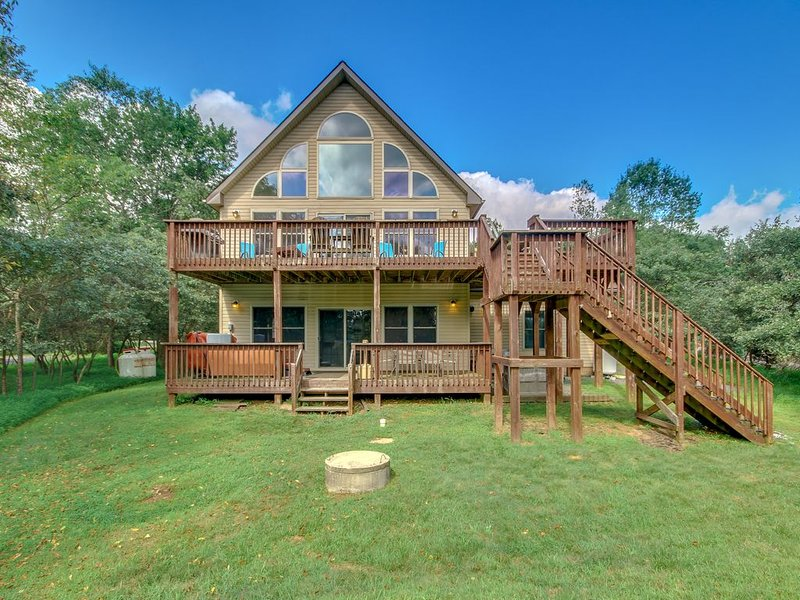 'Horizon' A Beautiful Home with a Lake View, Large Deck, Hot Tub & Pool Table – semesterbostad i Albrightsville
