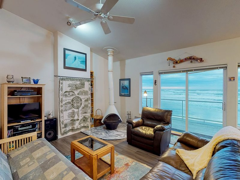 Oceanfront, dog-friendly home w/ jetted tub, beach access & sweeping views, location de vacances à Yachats
