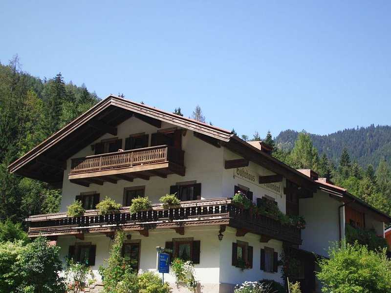 Nice holiday home with terrace, sauna, swimming pool and incl. eXtra card!, vacation rental in Ruhpolding