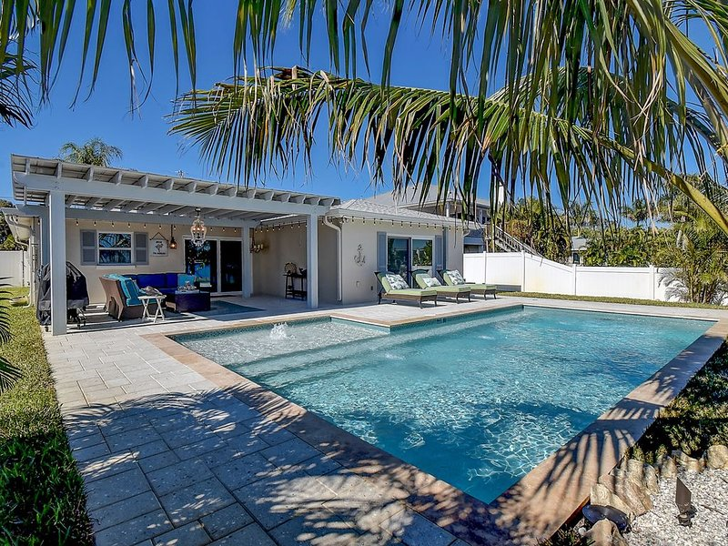 WATERFRONT pool home 2BR/2BA SLEEPS 5 & 2 miles from the beach., holiday rental in Tarpon Springs