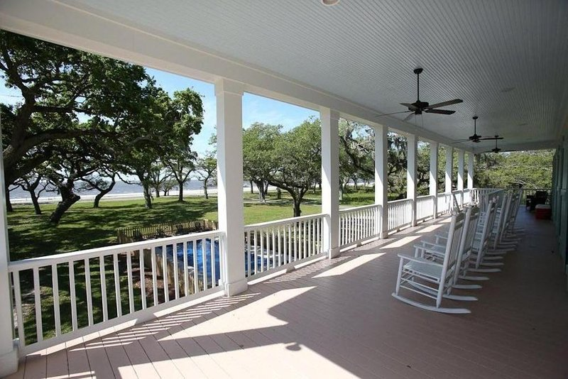 20 Oaks Beautiful location and home on the Beach, perfe, holiday rental in Pass Christian