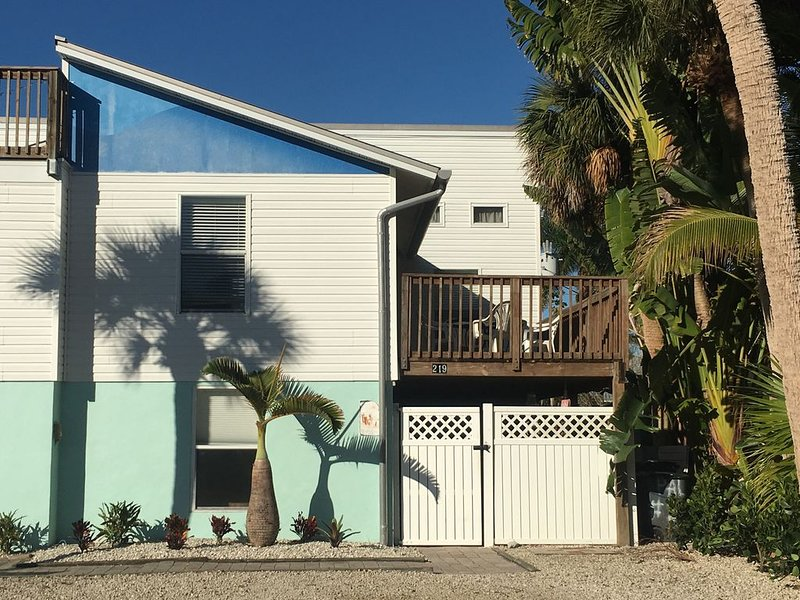 Great Location Fort Myers Beach 3BD/2BA * Walk To Beach & Times Sq *, holiday rental in Fort Myers Beach