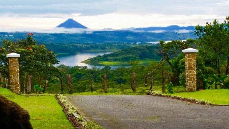 El asombroso Arenal VOlcano se puede ver desde la casa de la guardia en la comunidad.