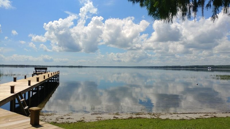 Lake Kerr Lakefront Retreat, private waterfront and dock, spacious home., vacation rental in Satsuma