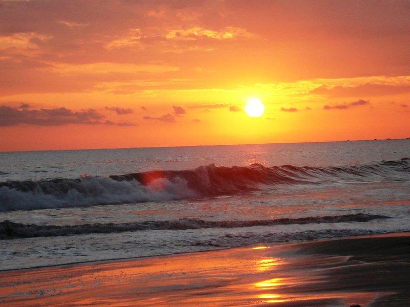 Beach Front Luxury Private Home - Contemporary Gem, alquiler de vacaciones en Quebrada Amarilla