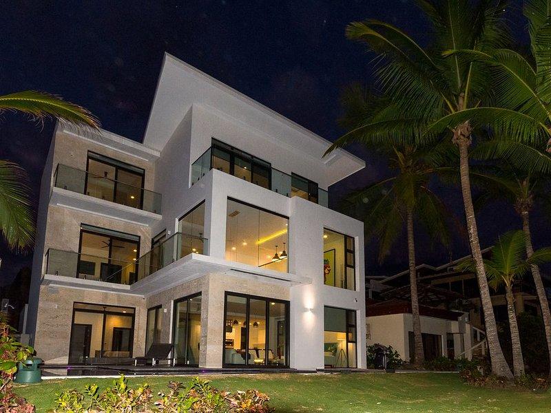 Casa Buena Onda - Gorgeous Contemporary Beach Front Masterpiece with Pool!, alquiler de vacaciones en Playa Hermosa
