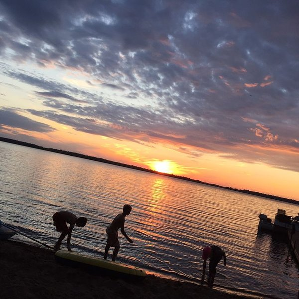 Sunsets, sand beach, new game room. on Lake Mary! Pontoon & hot tub available., location de vacances à Hoffman
