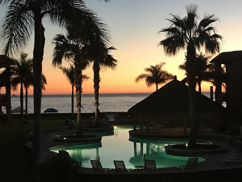 4 Bedroom 3 Bath Beach Front Bahia Delfin Condos Beautiful!, casa vacanza a San Carlos