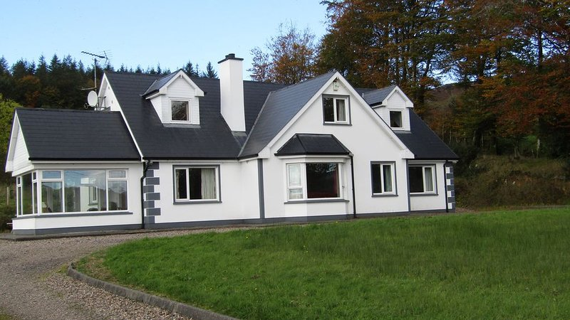 Beautiful cottage, Lough Eske - near Harveys Point Hotel & Lough Eske Castle, holiday rental in Ballybofey