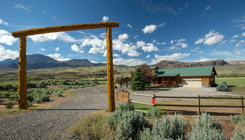 Wapiti Bear Den - Cozy Guest House With Amazing Views On The Road To Yellowstone, vacation rental in Wapiti
