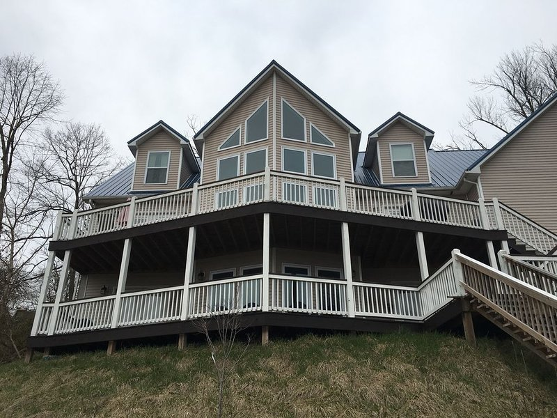 Rough River Lake House conveniently located by Axtel Marina and Nicks Boat Dock, holiday rental in Clarkson