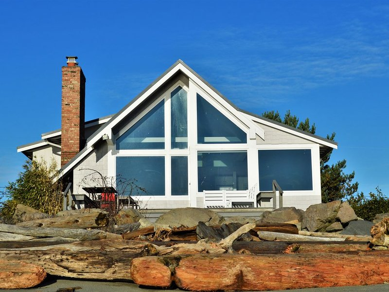Beachfront Paradise for families, reunions, couples and off sites., holiday rental in Hansville
