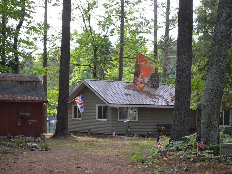 One of a kind. Quaint Cottage on Spider Lake, vacation rental in Fife Lake