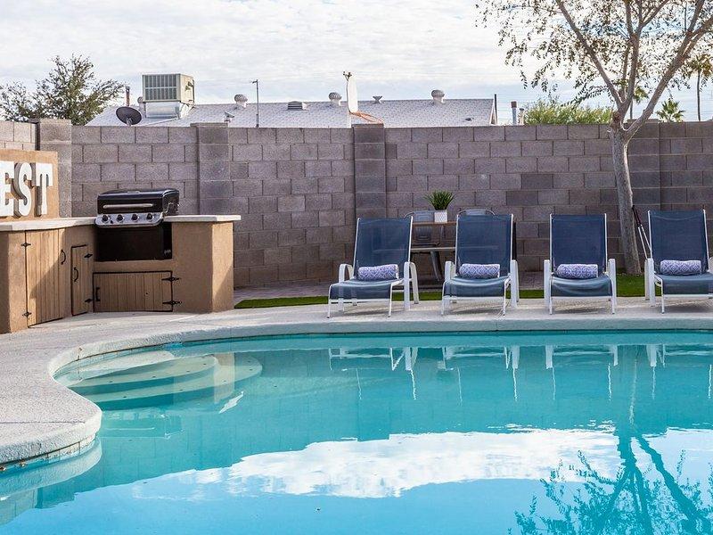 Old Town! - Sleeps 16, w/ 9 beds! + Pool + Firepit + BBQ +Putting Green, alquiler de vacaciones en Scottsdale