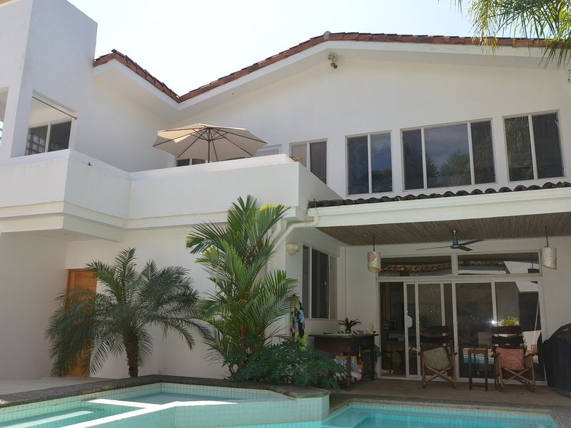 Casa Tropical Oasis - Custom Modern Beachside Casa with Private Pool!, location de vacances à Playa Hermosa