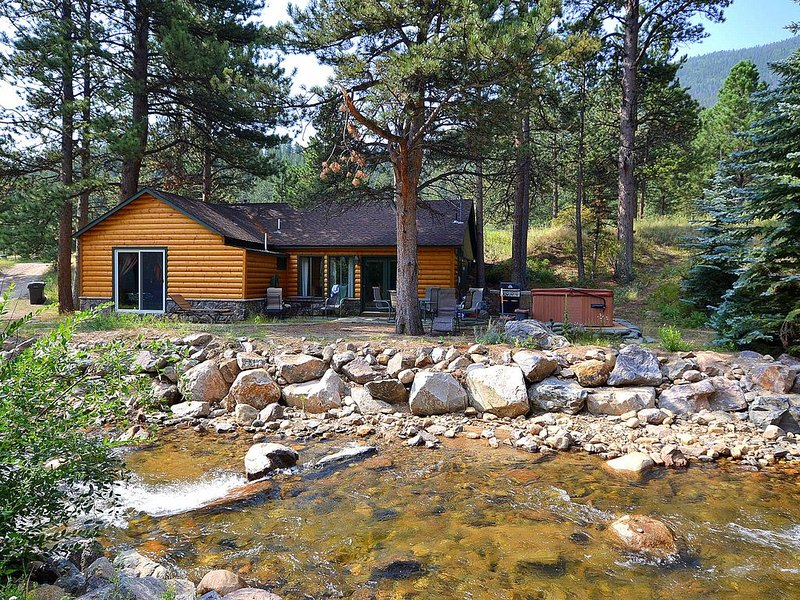 Great River Cabin, Mountain Views, Hot Tub, 3 Bdr/2Bath!!!! – semesterbostad i Estes Park
