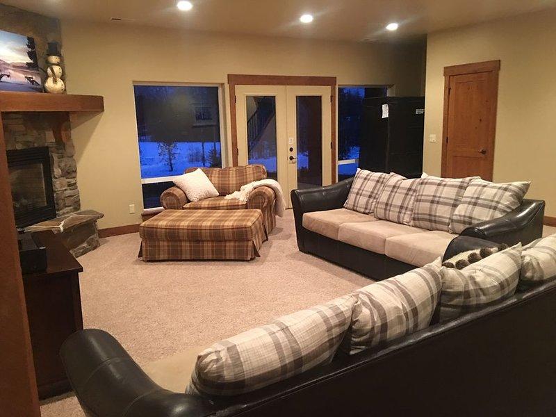 Habitación familiar en la planta baja con dos camas queen y mesa de ping pong.